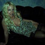 Attraktive Blondine räkelt sich auf Couch